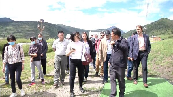 A group diplomats from 10 countries being taken on a trip to a Tibetan area in Sichuan (Photo- ICT)