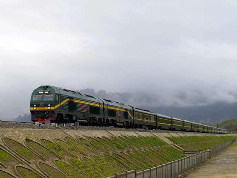 A train along the Golmud-Lhasa line in Tibet (Photo courtest railwaygazette)