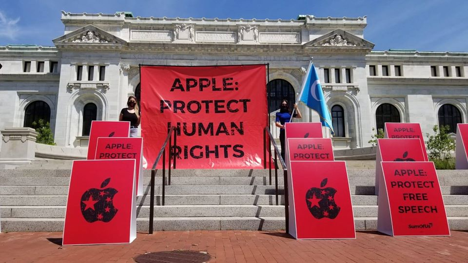 Activist groups protest outside Apple store in Washington DC on Friday (Photo- SFT)