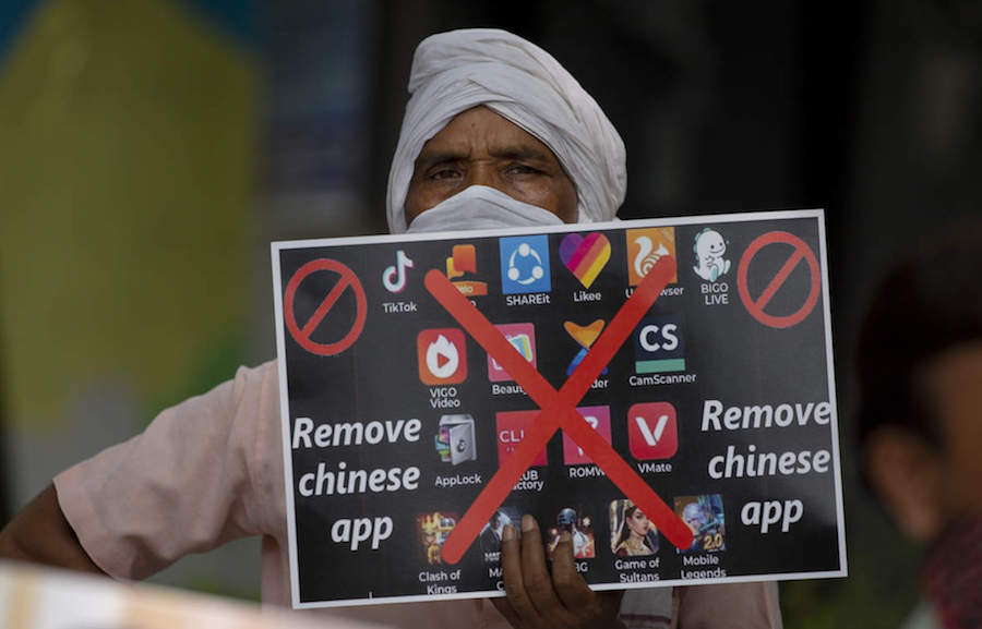 An Indian man holds a placard urging ban on Chinese apps (The Economic Times)