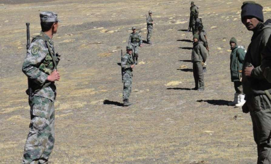 Indian and Chinese troops near the LAC in Ladakh (photo Newsmobile)