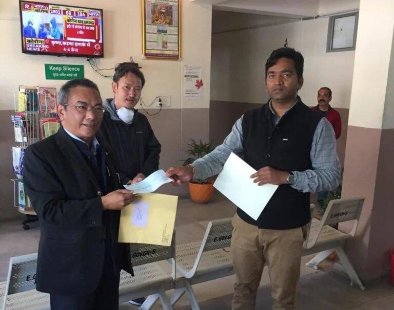Kangra DC Rakesh Kumar Prajapati receives the letter and cheque form DIIR Secretary Tsewang Gyalpo Arya (tibet.net)
