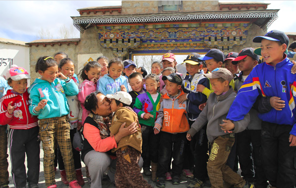 Tendol with her beloved group of children in Tibet