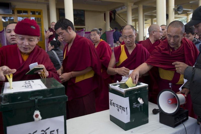 Tibetan monks cast their ballots during the 2016 Tibetan general elections in Dharamshala (Asianews)